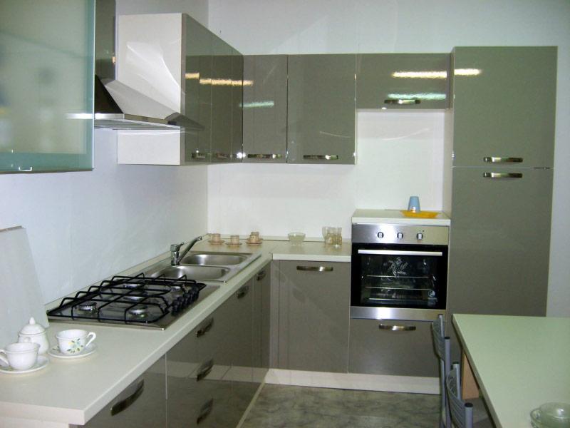 Outlet cucina angolo color nebbia arredamenti bruschi for Bruschi arredamenti
