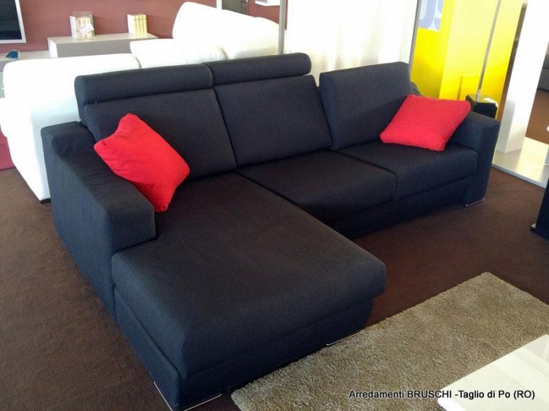 Outlet divano nero con penisola arredamenti bruschi for Bruschi arredamenti